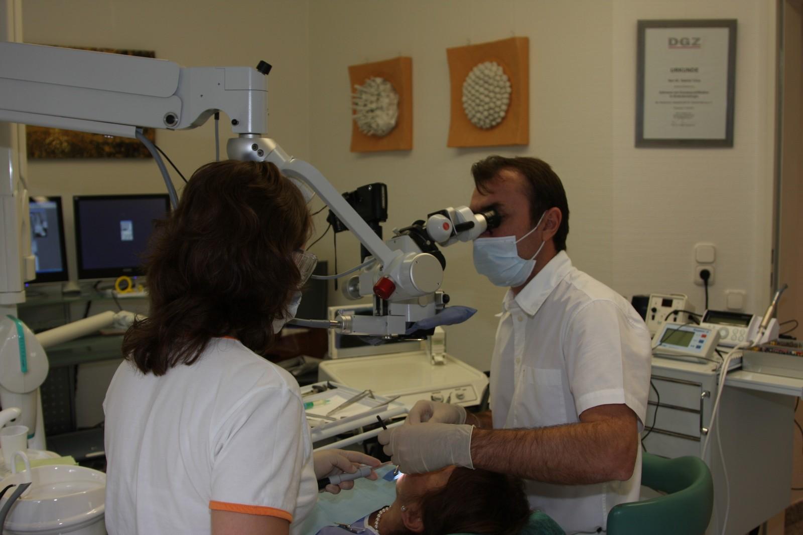 Wurzelbehandlung_unter_Dentalmikroskop.jpg